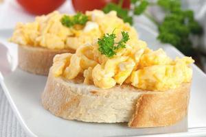 pão com ovos mexidos foto
