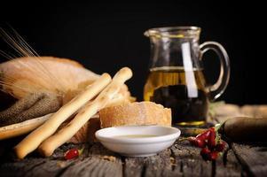 aperitivo de comida italiana de pão de azeite e vinagre balsâmico foto
