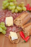 jantar rústico de pão e queijo com uvas