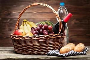 cesta cheia de frutas frescas foto