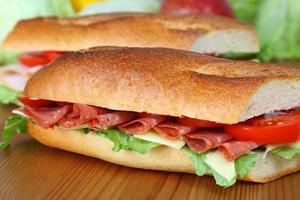 sanduíche de salame com alface, fatias de queijo e tomate foto