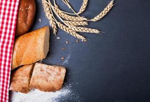 diferentes tipos de pão, trigo e farinha foto