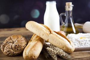 pães na cesta foto