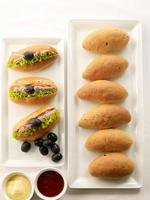 pães e pão de sanduíche no fundo branco foto