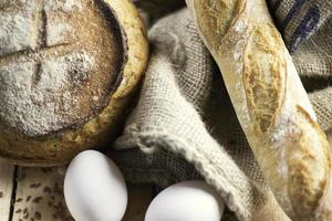 fotografia - pão integral e baguete de cereais
