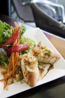 pão de alho espanhol com salada foto