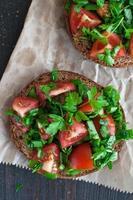 bruschetta de tomate italiano com legumes picados, ervas e óleo foto