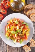 salada de tomate com manjericão foto