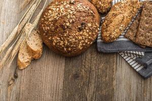 pão em um fundo de madeira foto