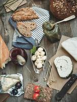 petiscos franceses em uma mesa de madeira foto