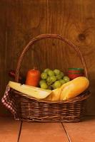 cesta de piquenique - vinho, frutas, queijo e salsicha