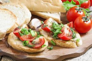 bruschetta italiana tradicional com tomate, foco seletivo foto