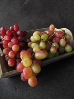natureza morta com uvas vermelhas foto
