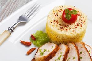 porção de risoto com frango assado. foto