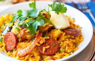 uma imagem de uma tigela de arroz de camarão foto