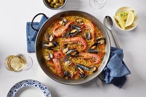 paella espanhola típica de frutos do mar foto