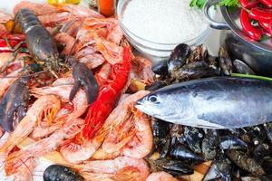 produtos marinhos crus e temperos na cozinha foto