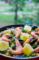 close-up paella de frutos do mar clássico com mexilhões, camarões e legumes