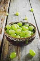 bagas de uva em uma tigela de cerâmica foto