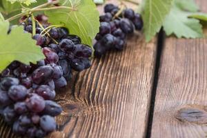 uvas azuis (em fundo de madeira)