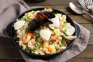 arroz com frutos do mar em uma frigideira foto