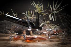 natureza morta com vinho tinto e copo de vinho.