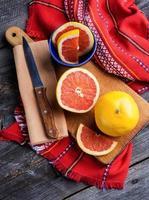 fatia de laranja em um fundo de madeira foto