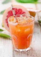copo de suco de toranja rosa fresco foto
