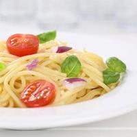 espaguete de cozinha italiana com macarrão de tomate em um prato foto