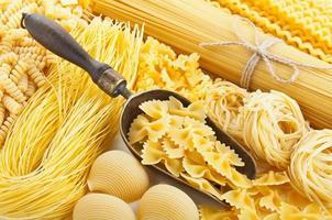 natureza morta retrô com variedade de massas alimentícias não cozidas