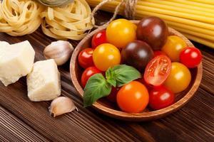 macarrão, legumes, especiarias foto