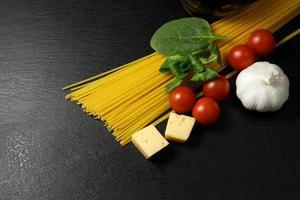 macarrão com preparação de ingredientes foto