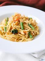 espaguete com folhas de manjericão pimenta de porco foto