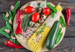 ingredientes para cozinhar macarrão com legumes foto