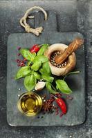 placa de corte vintage e ingredientes frescos foto