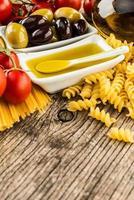 ingredientes de comida italiana em fundo de madeira foto