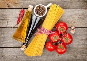 massas, tomates, condimentos e especiarias foto