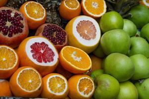 frutas cítricas no mercado foto