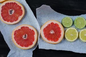 frutas cítricas em papel manteiga foto