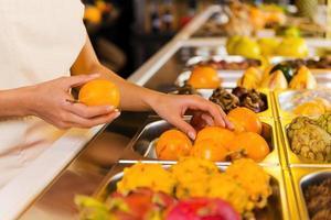 escolhendo as frutas mais frescas. foto