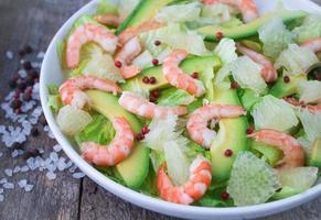 salada com camarão, abacate e toranja foto