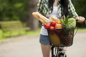 cesta cheia de frutas e legumes foto