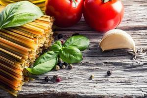 ingredientes de comida italiana e mediterrânea em fundo de madeira velho. foto