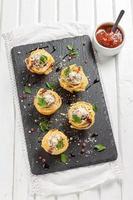 ninho de espaguete com almôndegas, queijo parmesão e molho de tomate foto
