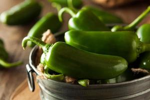 pimentas de jalapeno verdes orgânicas foto