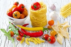 ninho de massa italiana com tomate cereja, pimentão e rúcula foto