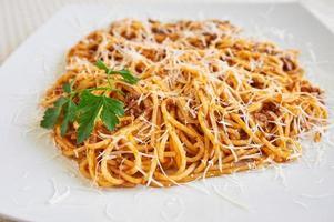 macarrão com molho de tomate e queijo foto
