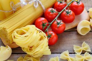 macarrão e tomate cereja foto