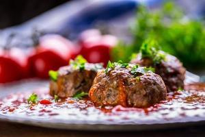 bolas de carne. cozinha italiana e mediterrânea. bolas de carne com s foto