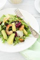 salada de legumes com camarão foto